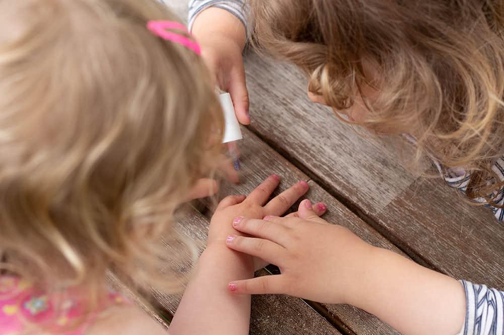 Kindernagellack im Test - Kinder beim Finger anmalen