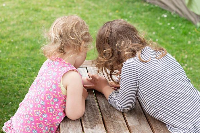 Kindernagellack Auftragen bei der Schwester