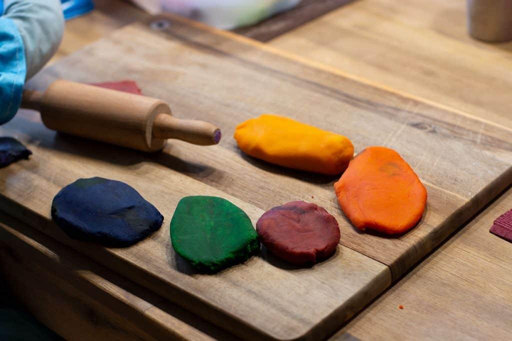 Kneten mit Kindern - Plätten mit dem Teigroller