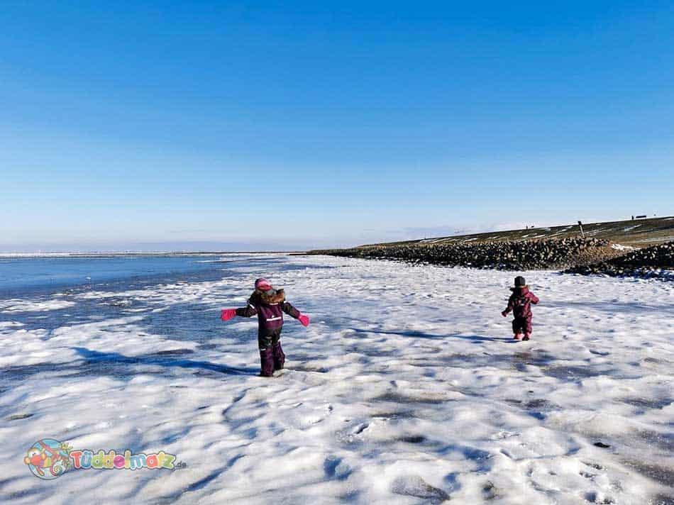 Kinder in den Schneeanzügen auf der Nordsee