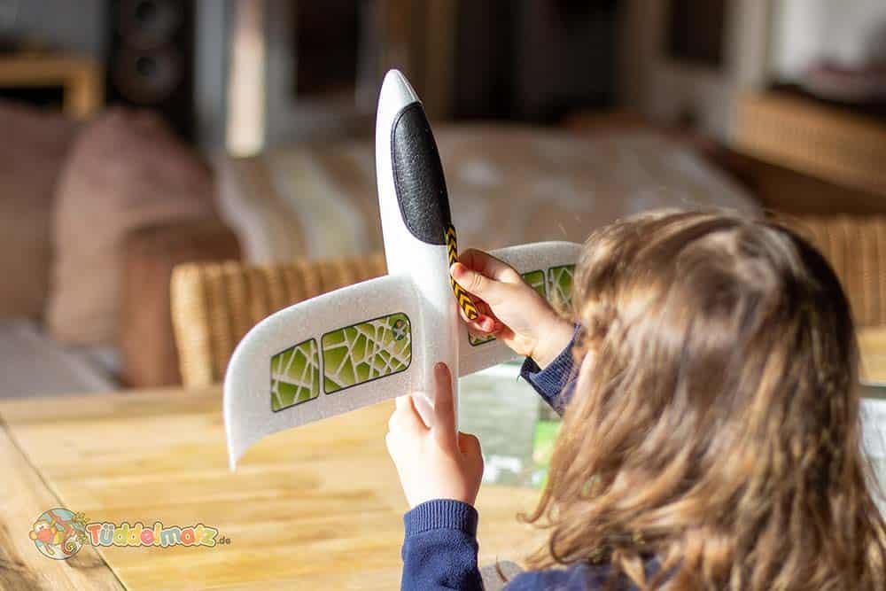Styropor Flugzeug bekleben mit Kindern