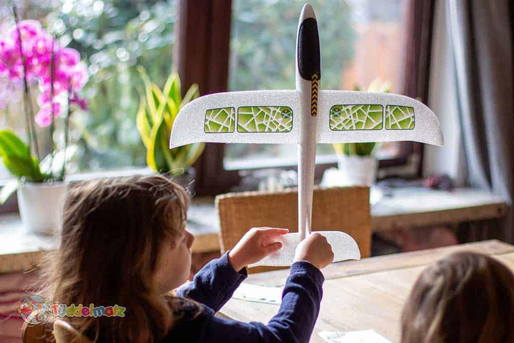 Styropor Flugzeug bekleben mit Kindern2