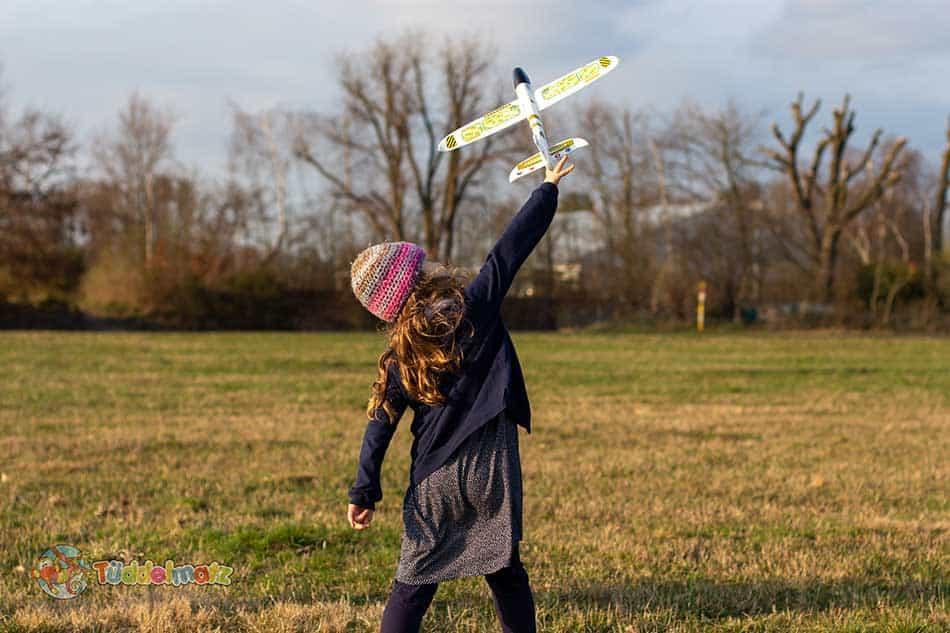 Styropor Flugzeug mit Kind beim werfen