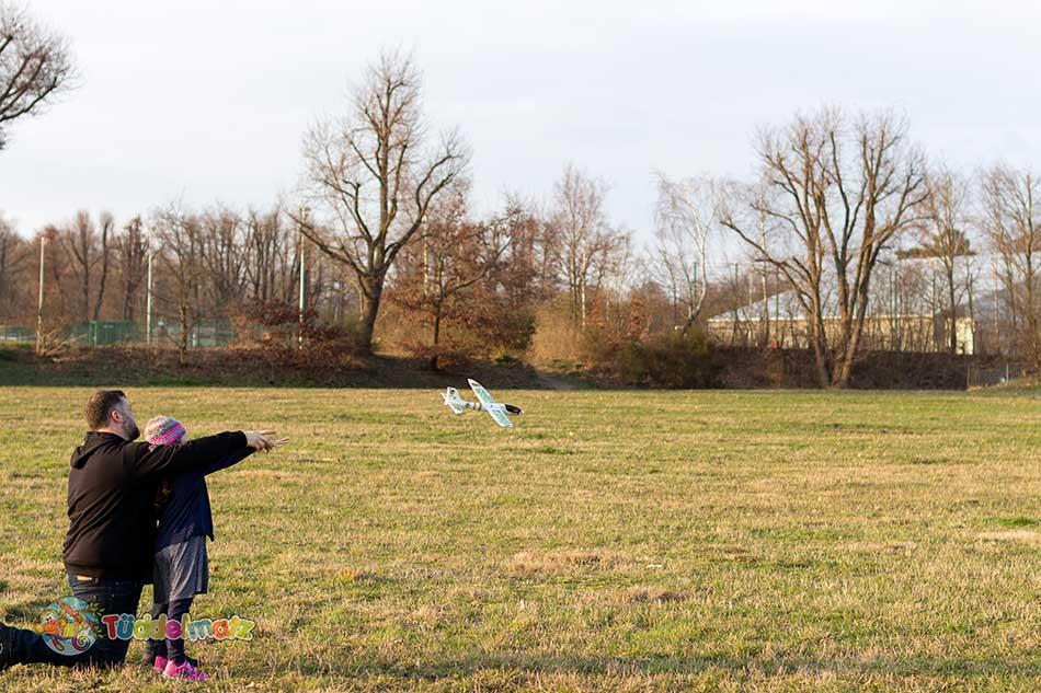 Styropor Flugzeug mit Kind und Papa beim Werfen
