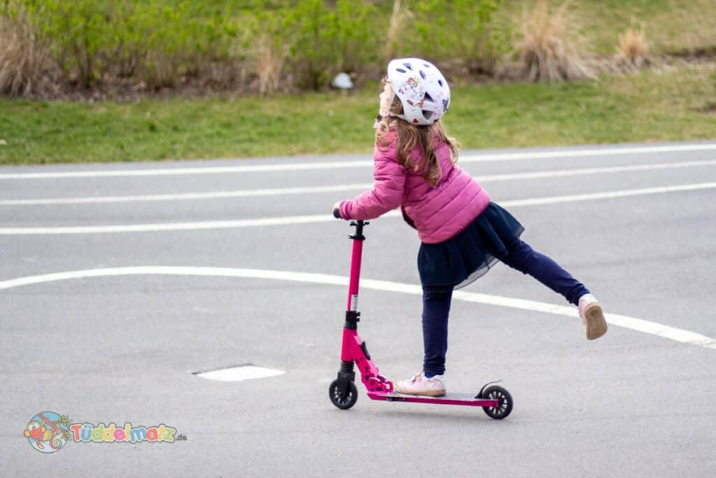 Kind fährt mit dem fun pro THREE Tretroller