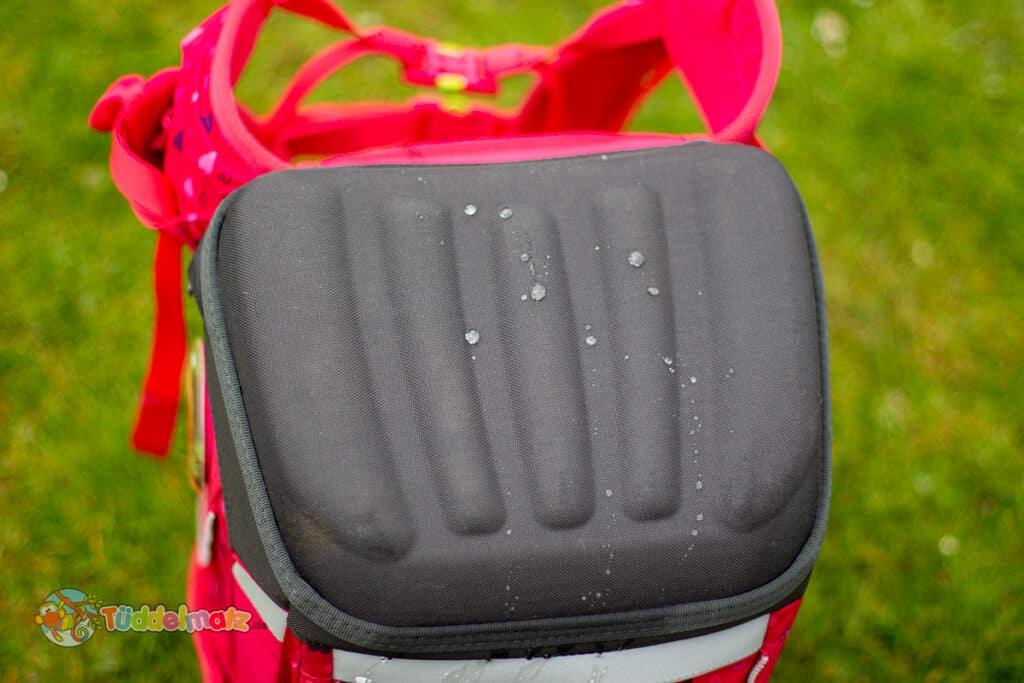 Ergobag Schulranzen: Bodenwanne mit Wassertropfen