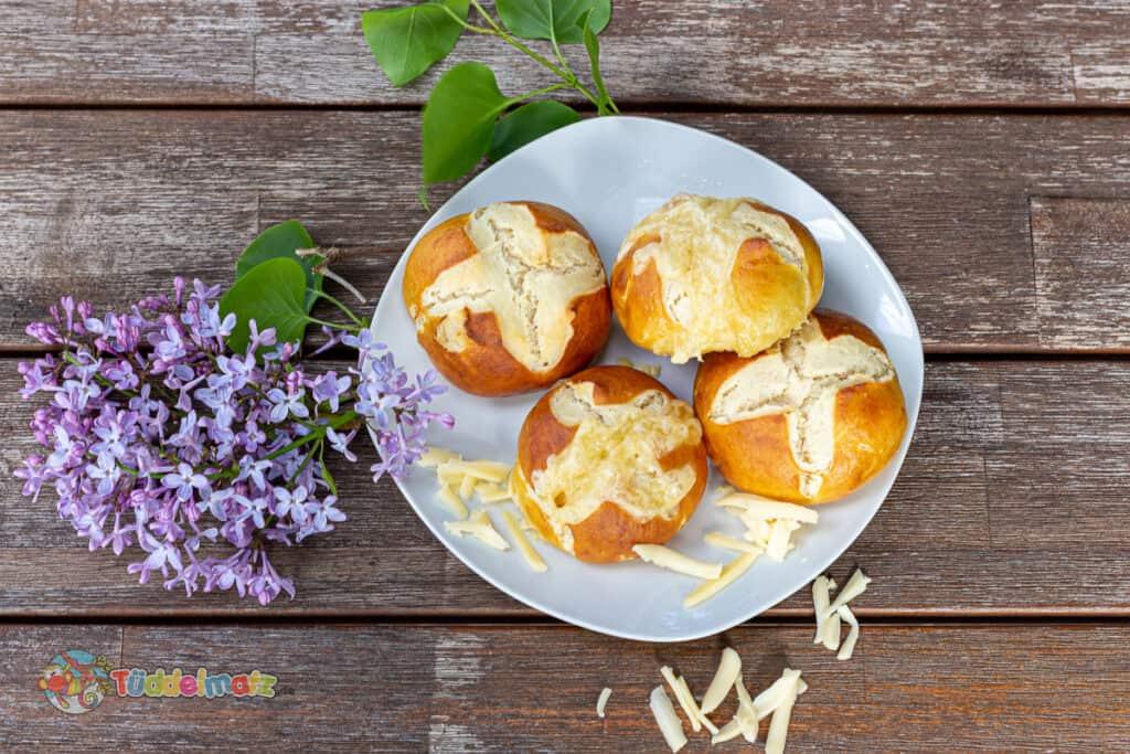 Laugenbrötchen mit Käse von oben
