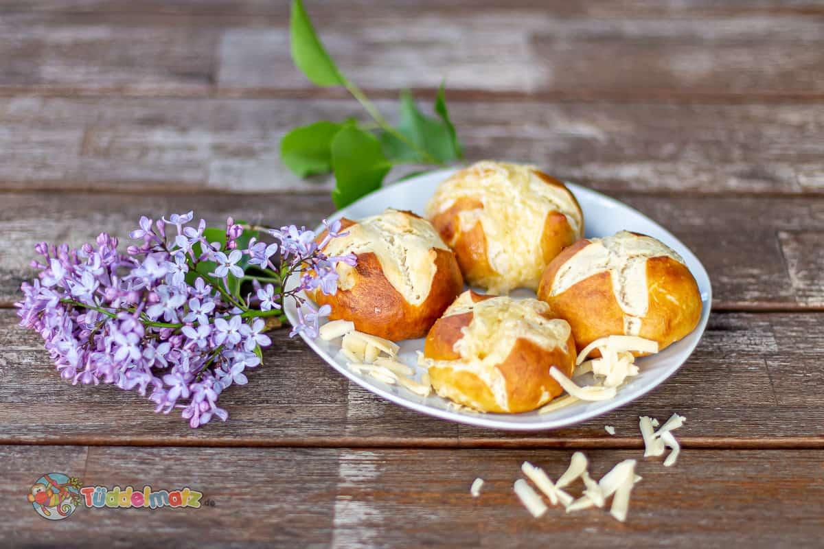 Laugenbrötchen mit Käse